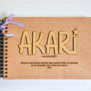 Álbum recién nacido de madera con el nombre Akari personalizado a láser