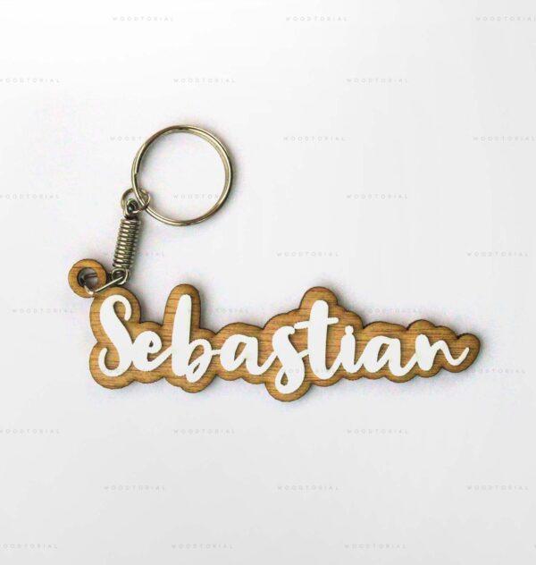 corte láser de madera con forma de llavero y la palabra Sebastian